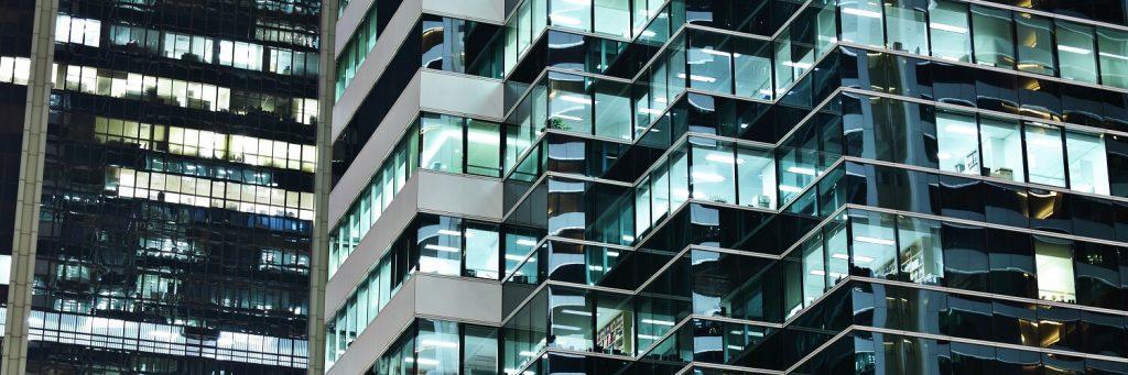Bürokomplex mit Fensterfront